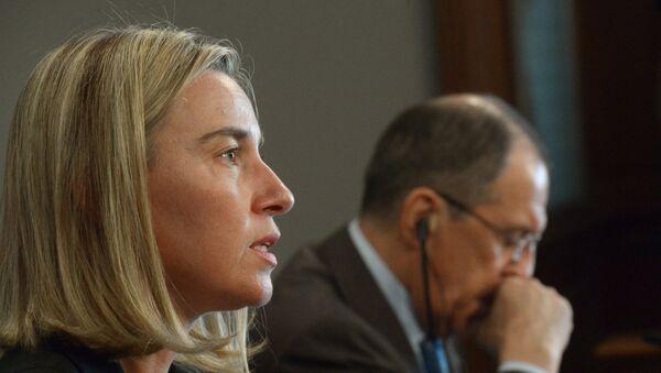 Federica Mogherini, alta representante de la Unión Europea, y Serguéi Lavrov, ministro de Exteriores ruso (archivo) - Sputnik Mundo