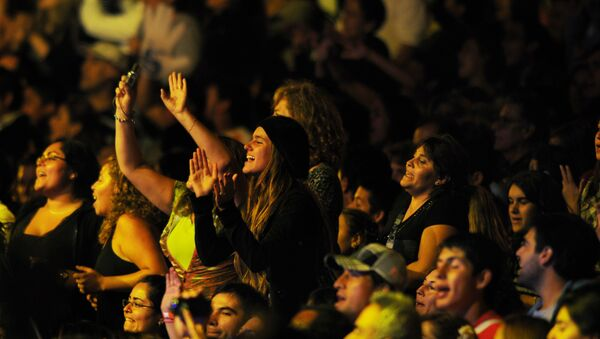Fans of Chilean singer Americo sing along with him as he performs on the second night of the Viña del Mar International Song Festival at the Quinta Vergara Amphitheater in Viña del Mar, Chile, Tuesday Feb. 22, 2011.  - Sputnik Mundo