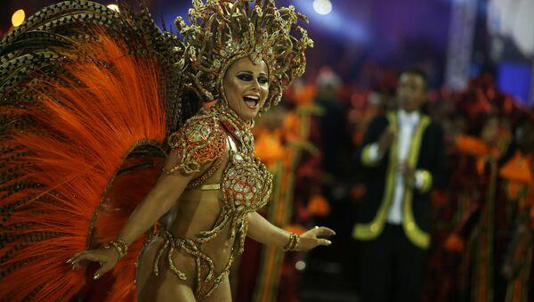 Drum queen Viviane Araujo from Salgueiro samba school performs during the carnival parade at the Sambadrome in Rio de Janeiro - Sputnik Mundo