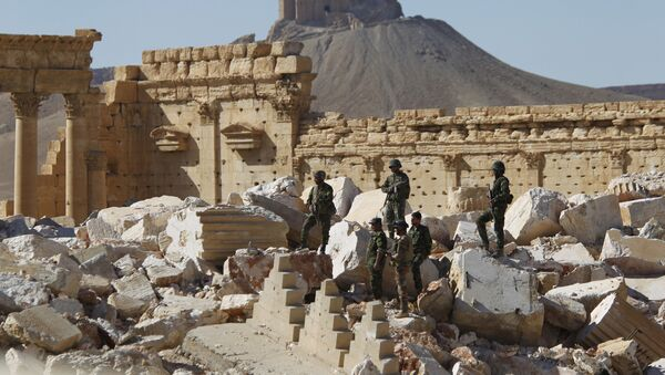 Syrian army soldiers stand on the ruins of the Temple of Bel in the historic city of Palmyra, in Homs Governorate, Syria April 1, 2016. - Sputnik Mundo