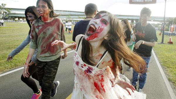 Runners dressed as zombies race during the Zombie Run Taiwan at the Fu Zhou Riverside Park in New Taipei City, Taiwan - Sputnik Mundo