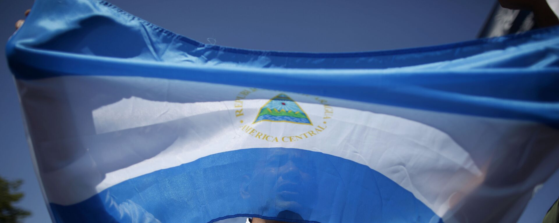 A man holds up a Nicaraguan flag during a demonstration against the presidential candidacy of Nicaragua's President Daniel Ortega in Managua, Nicaragua, Sunday, Feb 20, 2011.  - Sputnik Mundo, 1920, 02.08.2021