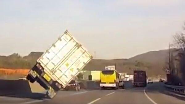 Camionero superprofesional evita un accidente con una maniobra de película de acción - Sputnik Mundo