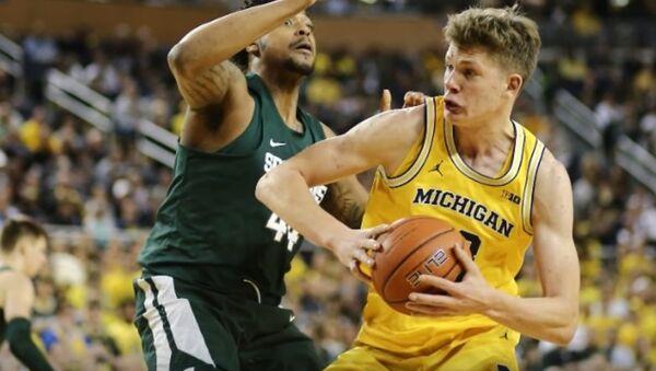 Uno de los jugadores de los Wolverines de Michigan - Sputnik Mundo