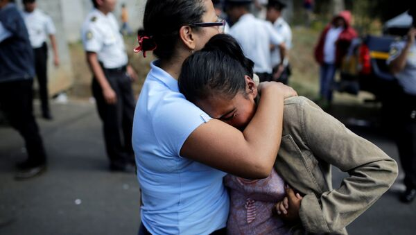 La gente llora por sus familiares durante el incendio en Guatemala - Sputnik Mundo
