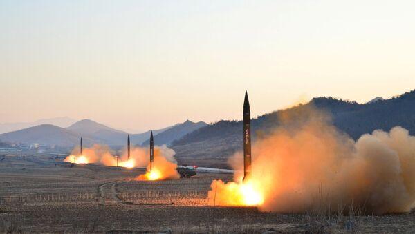 El líder norcoreano Kim Jong Un supervisó el lanzamiento de un cohete balístico en esta foto sin fecha publicada por la KCNA en Pyongyang el 7 de marzo de 2017 - Sputnik Mundo