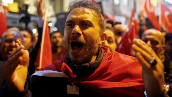 Manifestantes cerca del consulado general de los Países Bajos en Estambul - Sputnik Mundo