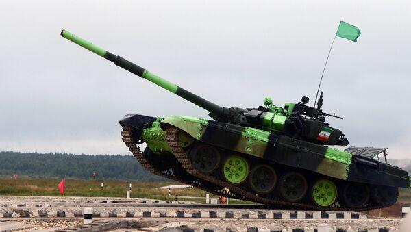 Iran's T-72BZ tank crew during a tank biathlon competition at the Alabino training ground - Sputnik Mundo