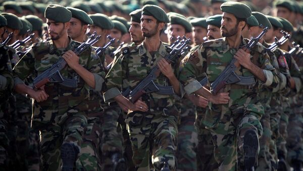Members of Iran's Revolutionary Guards march during a military parade to commemorate the 1980-88 Iran-Iraq war in Tehran. - Sputnik Mundo