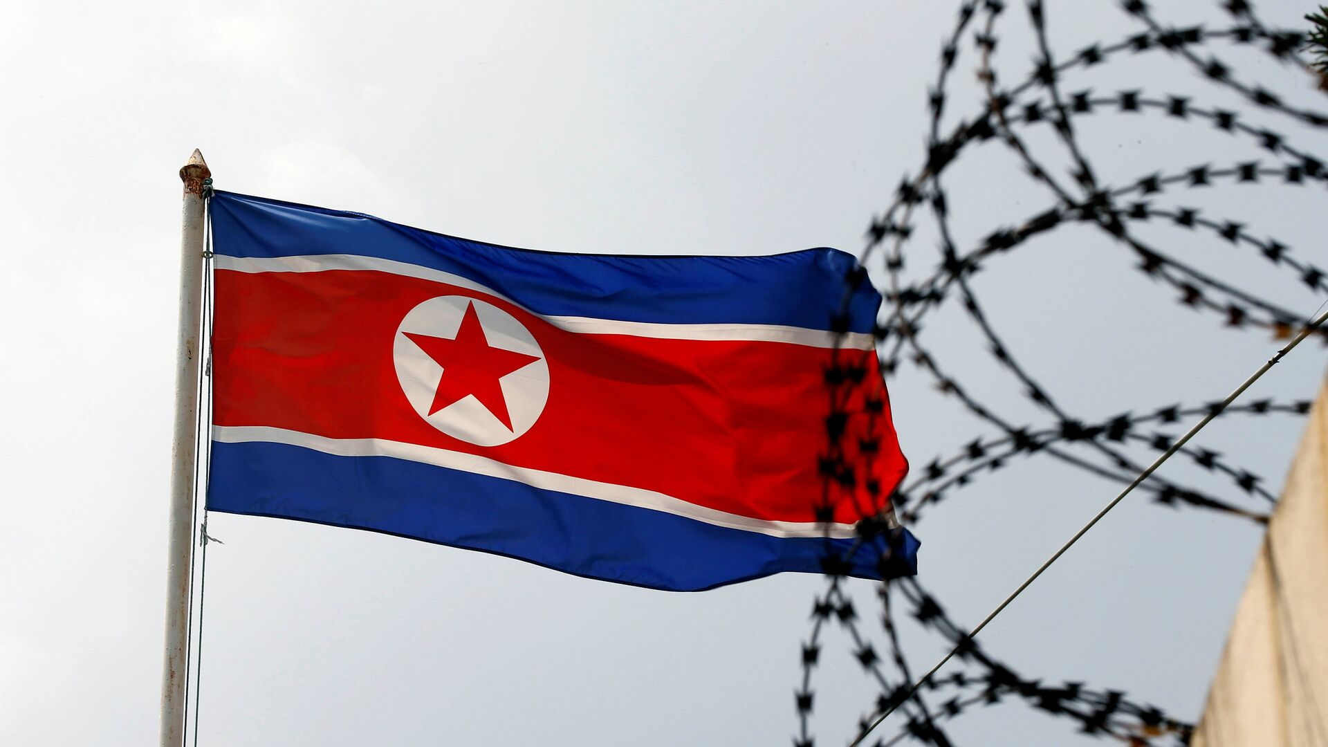 The North Korea flag flutters next to concertina wire at the North Korean embassy in Kuala Lumpur, Malaysia March 9, 2017 - Sputnik Mundo, 1920, 28.09.2021