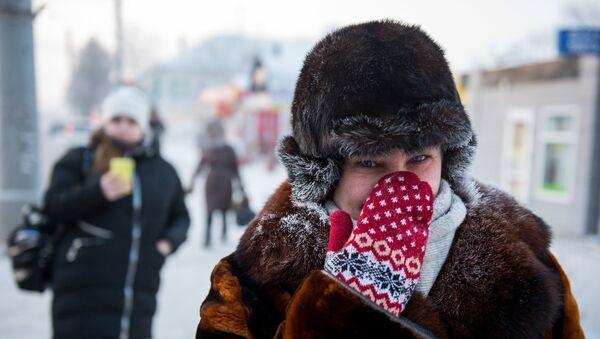 Mujer protege su nariz ante el frío - Sputnik Mundo
