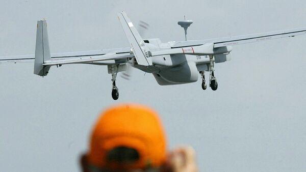 Un hombre haciendo una foto de un dron - Sputnik Mundo