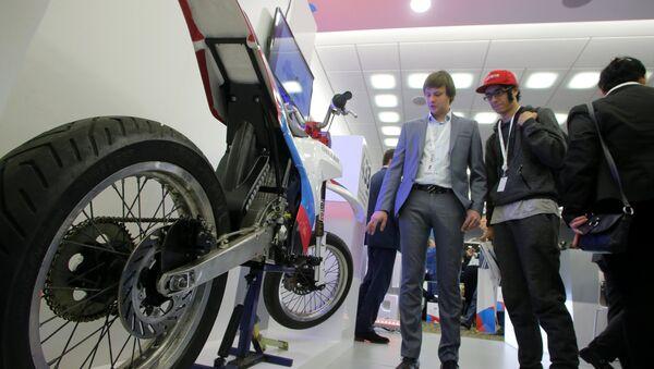 La primera moto eléctrica rusa demonstrada en el foro de exportadores Hecho en Rusia en 2016 - Sputnik Mundo