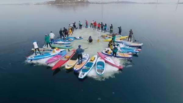Más de 30 rusos surfean en un bloque de hielo - Sputnik Mundo