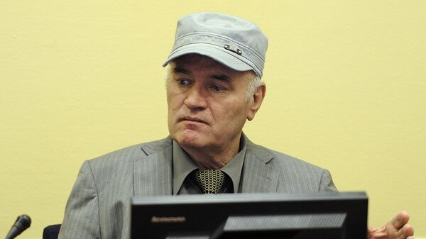 Wartime Bosnian Serb army chief Ratko Mladic sits in the court during his initial appearance at UN war crimes tribunal in The Hague - Sputnik Mundo