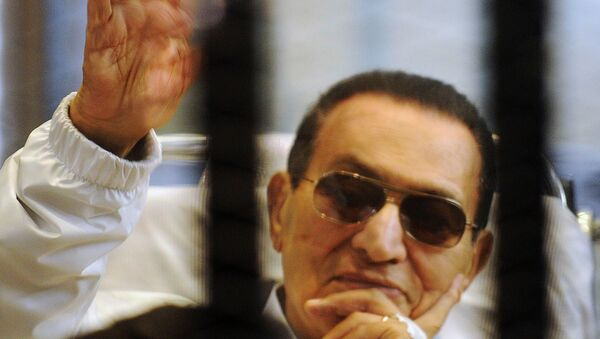 Former Egyptian President Mubarak waves inside a cage in a courtroom at the police academy in Cairo - Sputnik Mundo
