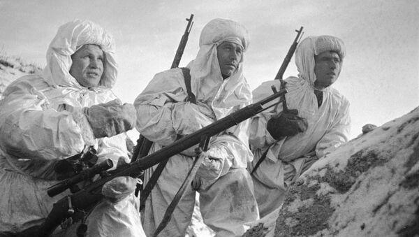 Vasili Záitsev, francotirador soviético (a la izquierda) - Sputnik Mundo