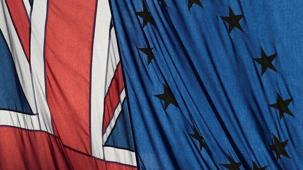 A Union flag flies next to the flag of the European Union in London, Britain, January 24, 2017.  - Sputnik Mundo