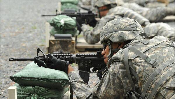 Soldados estadounidenses entrenan con el fusil de asalto M4 (archivo) - Sputnik Mundo