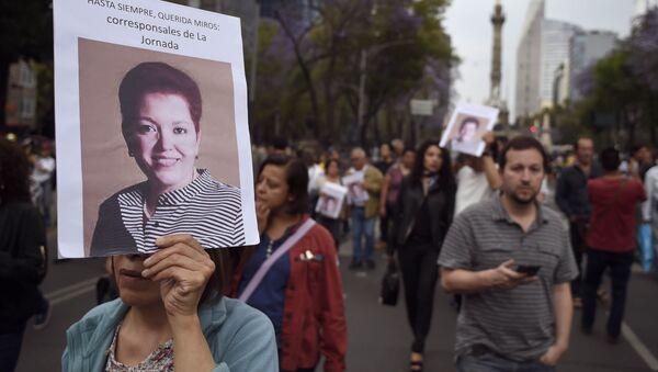 Una mujer con la foto de la periodista Miroslava Breach - Sputnik Mundo