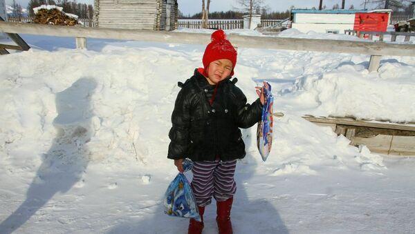 Saglana, niña rusa que recorrió 8 kilómetros por la taiga siberiana en busca de ayuda para su abuela - Sputnik Mundo