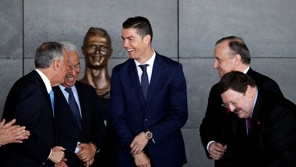 Cristiano Ronaldo cerca de su busto en el aeropuestro de Madeira - Sputnik Mundo