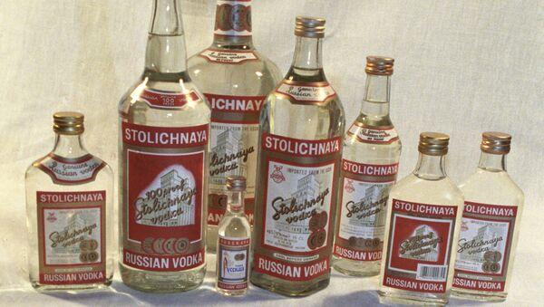 Botellas de vodka Stolíchnaya (archivo) - Sputnik Mundo
