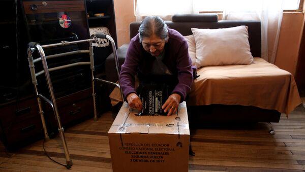 Una mujer con discapacidad sufragó durante segunda vuelta en Ecuador - Sputnik Mundo
