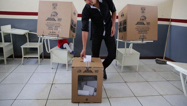 Un hombre vota en Quito, Ecuador - Sputnik Mundo