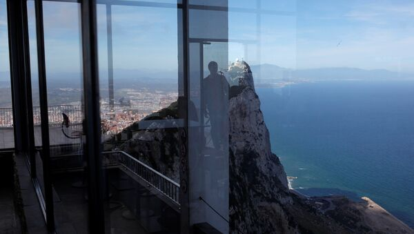 A tourist is reflected in a crystal wall of a souvenir shop at a terrace on the top of the Rock in the British overseas territory of Gibraltar - Sputnik Mundo