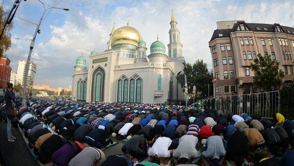 Fieles musulmanes rezan en las cercanías de la Mezquita Catedral de Moscú durante la Celebración del Sacrificio, 24 de septiembre de 2015 - Sputnik Mundo
