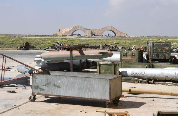 Las consecuencias del ataque de misiles de EEUU sobre la base aérea Shairat del Ejército sirio - Sputnik Mundo