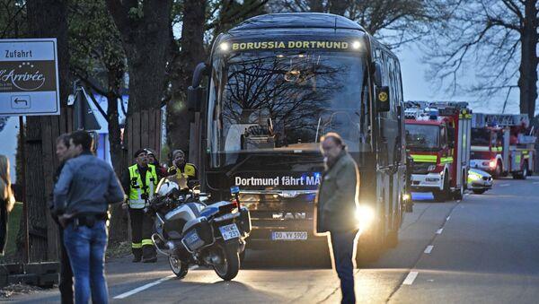 Autobús del equipo de fútbol Borussia Dortmund tras explosiones - Sputnik Mundo