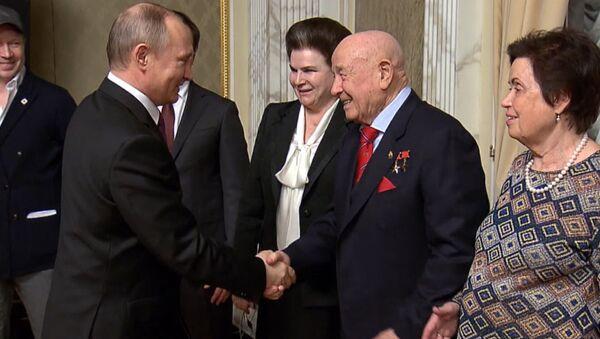 Putin recibe a los cosmonautas - Sputnik Mundo