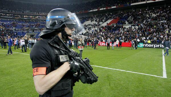 Policía en el campo de fútbol - Sputnik Mundo