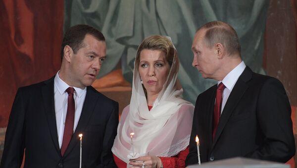 Primer ministro ruso, Dmitri Medvédev, con su esposa Svetlana y presidente ruso, Vladímir Putin - Sputnik Mundo