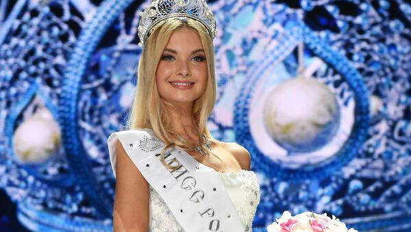 Popova fue coronada con una diadema de oro blanco, adornada con brillantes y perlas - Sputnik Mundo