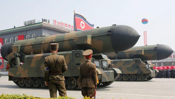 Misiles norcoreanos en el desfile militar dedicado al 105 aniversario del nacimiento del fundador del Estado norcoreano y abuelo del actual líder, Kim Il-sung - Sputnik Mundo