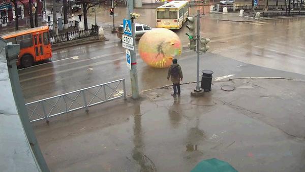 Un hombre recorre las calles dentro de una bola gigante - Sputnik Mundo