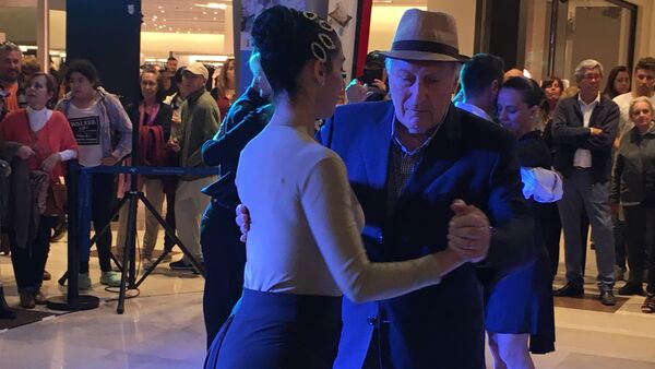 Personas bailan tango en un centro comercial de Montevideo - Sputnik Mundo