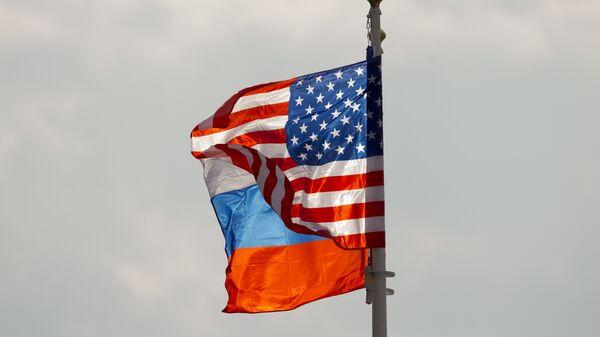 Banderas de Rusia y EEUU (archivo) - Sputnik Mundo