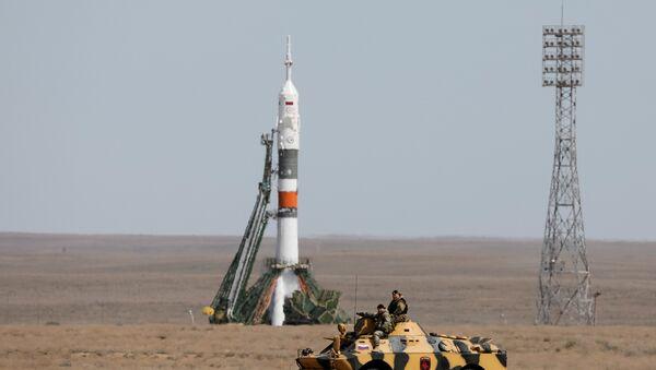 El personal de seguridad junto a la nave espacial Soyuz MS-04 poco antes de su lanzamiento en el cosmódromo de Baikonur, Kazajstán el 20 de abril de 2017. - Sputnik Mundo
