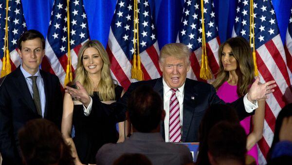 Donald Trump, presidente de EEUU junto a su hija Ivanka y su esposa Melania Trump - Sputnik Mundo