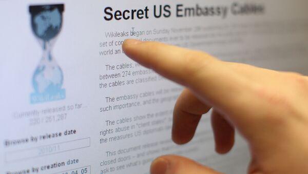 Internet users reading the international media project WikiLeaks. (File) - Sputnik Mundo