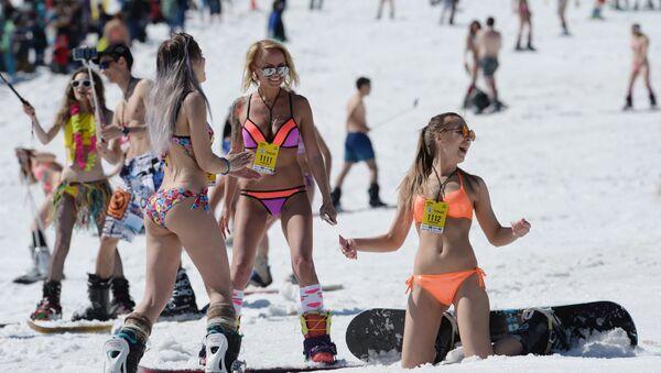 Esquiadoras en traje de baño, en Sereguesh - Sputnik Mundo
