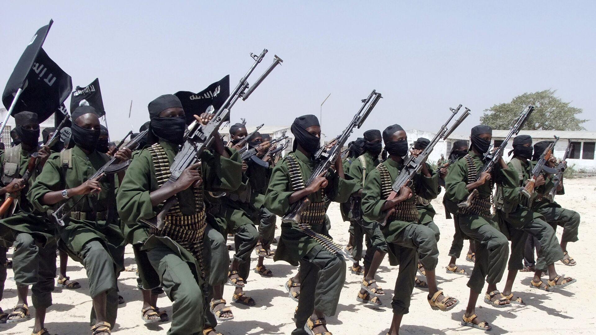 hundreds of newly trained al-Shabab fighters perform military exercises in the Lafofe area some 18 km south of Mogadishu, in Somalia. Somalia's Islamic extremist rebels, al-Shabab, - Sputnik Mundo, 1920, 12.10.2021