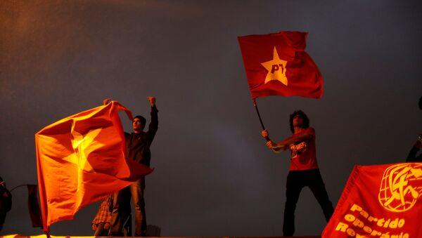 Manifestantes con banderas del Partido de de los Trabajadores - Sputnik Mundo