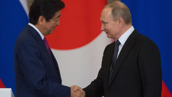 El primer ministro de Japón, Shinzo Abe con el presidente ruso Vladímir Putin - Sputnik Mundo