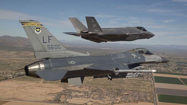 Los cazas F-16 y F-35 (archivo) - Sputnik Mundo