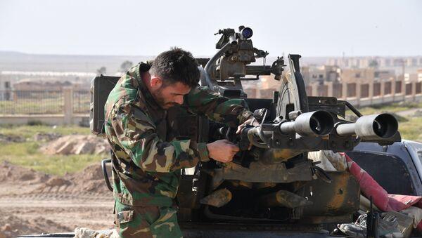 Un militar sirio en Deir Ezzor - Sputnik Mundo
